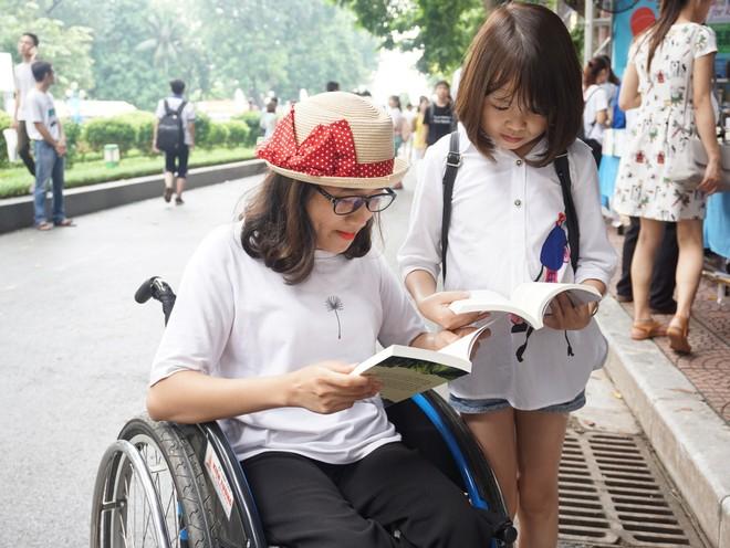Người khuyết tật cũng sẽ được tạo điều kiện tối đa để tiếp cận với các gian sách (Ảnh minh họa)