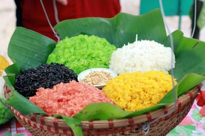 Một trong những món ăn đặc sắc của người Tày thực khách không thể bỏ qua vào dịp đầu năm mới đó là xôi ngũ sắc