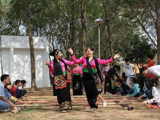 Chơi cà kheo, nhảy sạp cùng đồng bào dân tộc ở Sơn La