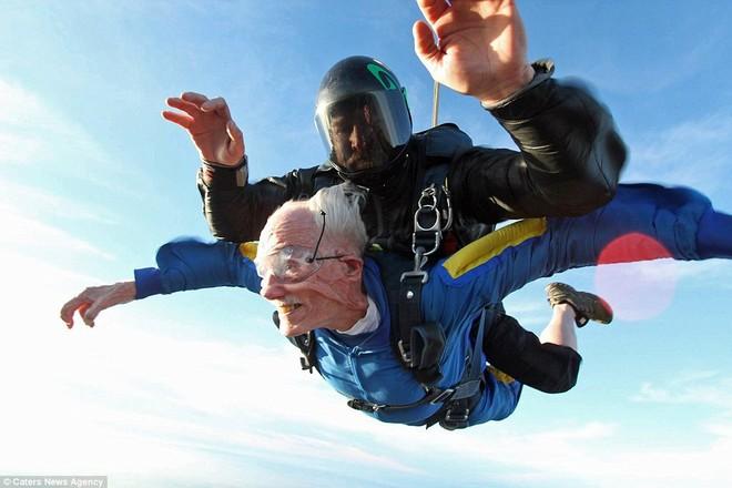 Ông Glen Quillin đến từ San Diego nhảy dù tự do để đánh dấu sinh nhật thứ 100 của mình.