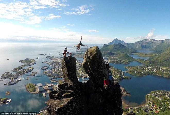 Brage Hernes Gsvr dũng cảm thực hiện màn nhào lộn trên không giữa hai tảng đá ở thị trấn đẹp như tranh vẽ Svolvr, Na Uy.