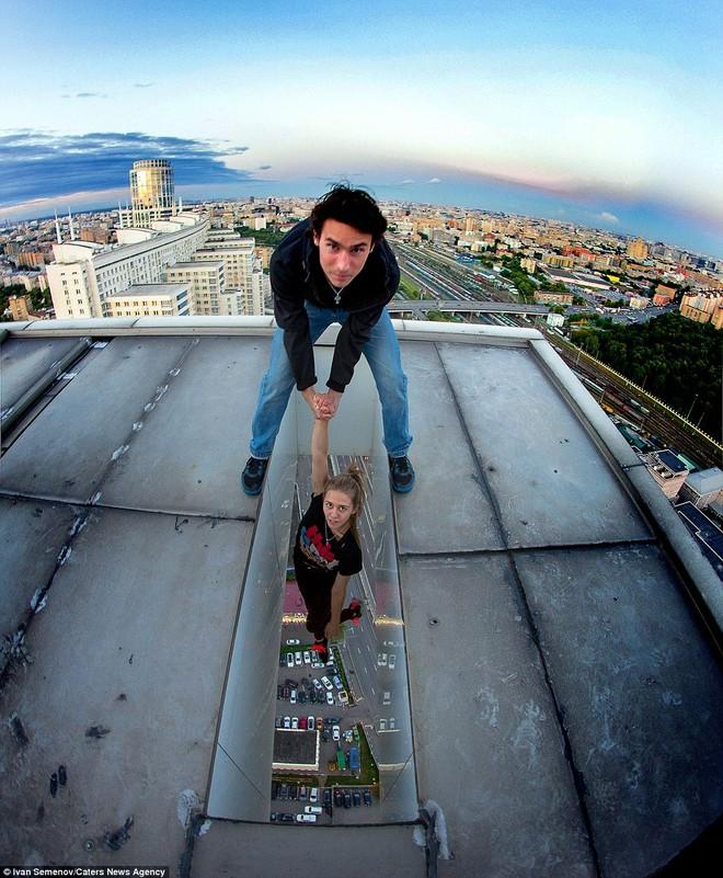 Ivan Semenov nắm tay bạn gái, treo lơ lửng trên tượng đài Chiến Thắng ở Mát-xcơ-va, Nga.
