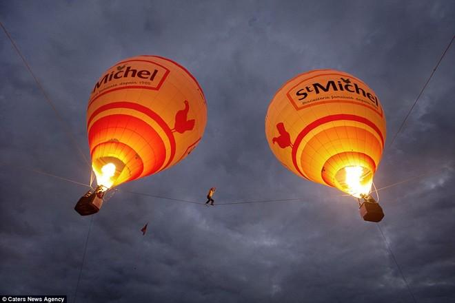 Tancrede Melet bước đi trên sợi dây nối liền 2 khinh khí cầu khổng lồ ở Pháp. Không may mắn thay, anh đã qua đời khi đang trình diễn khinh khí cầu vào tháng Một năm nay.