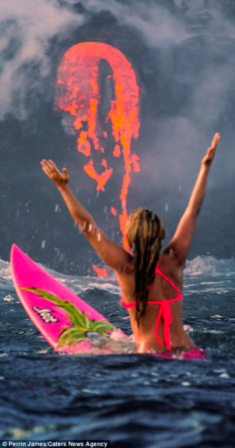 Cô Alison Teal chèo thuyền tới gần núi lửa Kilauea, Hawaii khi nó đang phun trào dung nham vào đại dương.