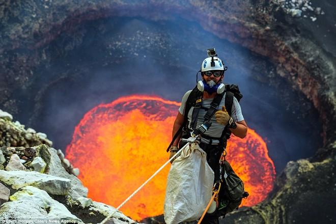 Nik Halik trèo xuống hồ dung nham Marum đang hoạt động ở đảo Ambrym, Vanuatu.