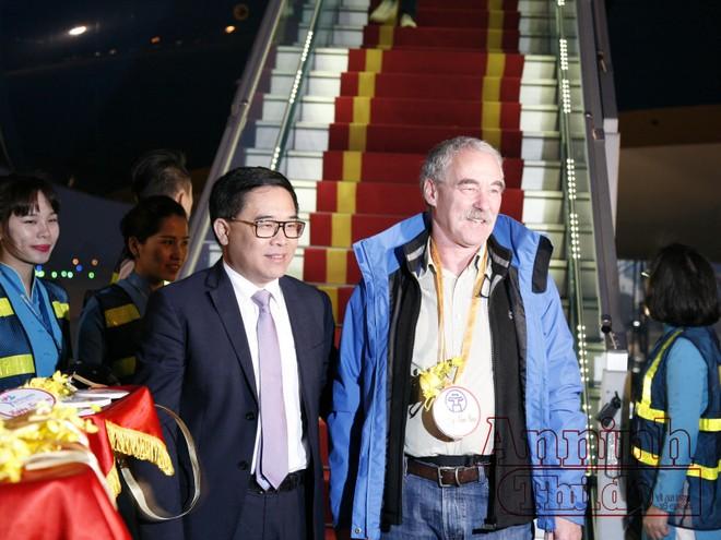 Ông Thomas Bauche - vị khách đầu tiên đến Thủ đô Hà Nội được tiếp đón tại chân máy bay