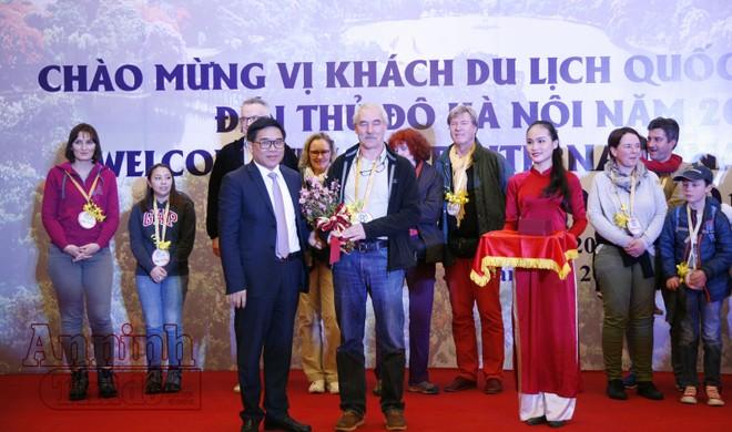 """Đón vị khách quốc tế đầu tiên """"xông đất"""" Thủ đô Hà Nội"""