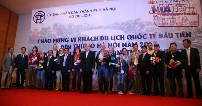 Chủ tịch Ủy ban Trung ương MTTQ Nguyễn Thiện Nhân chúc mừng và chụp ảnh lưu niệm cùng đoàn khách Đức