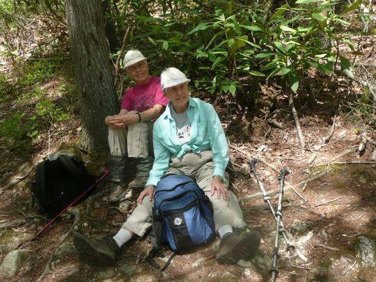 Cặp cụ bà sinh đôi 80 tuổi người Mỹ đã bắt đầu hành trình từ 14 năm trước. Họ đã nhiều đêm ngủ lều trong rừng