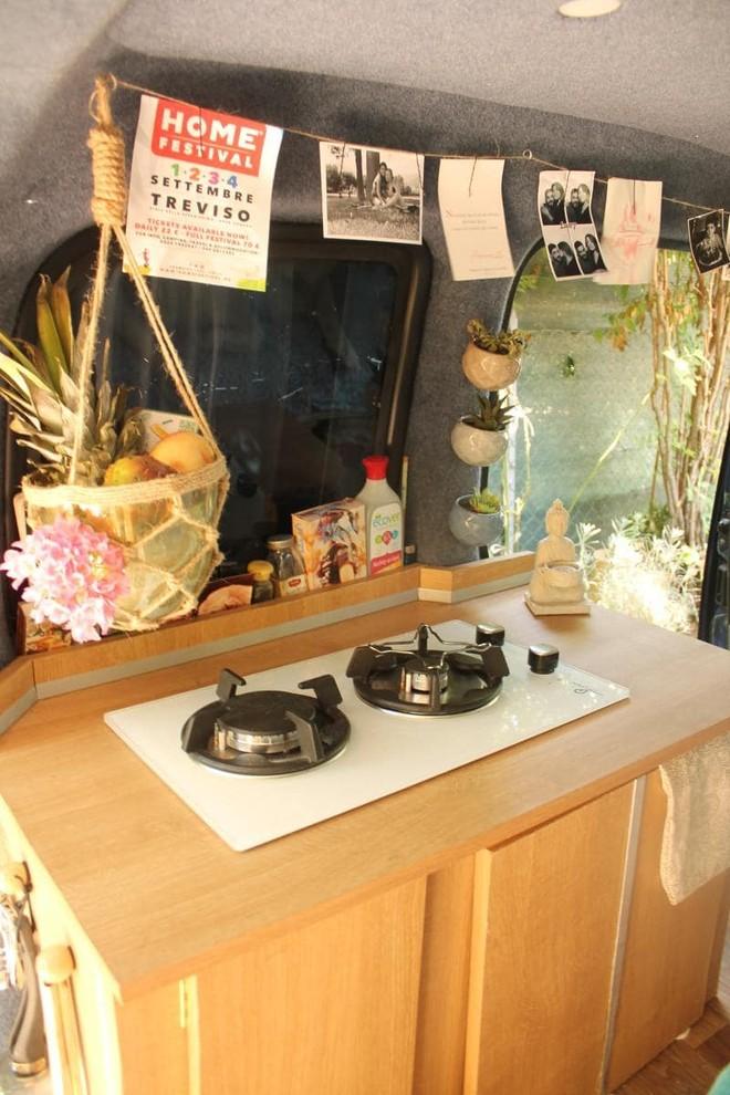 Piro tự sửa sang căn bếp với những đồ vật cô tìm thấy trên mạng.
