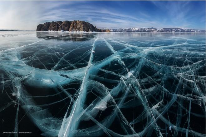 Vào mùa đông, băng ở hồ Baikan dày tới 1m
