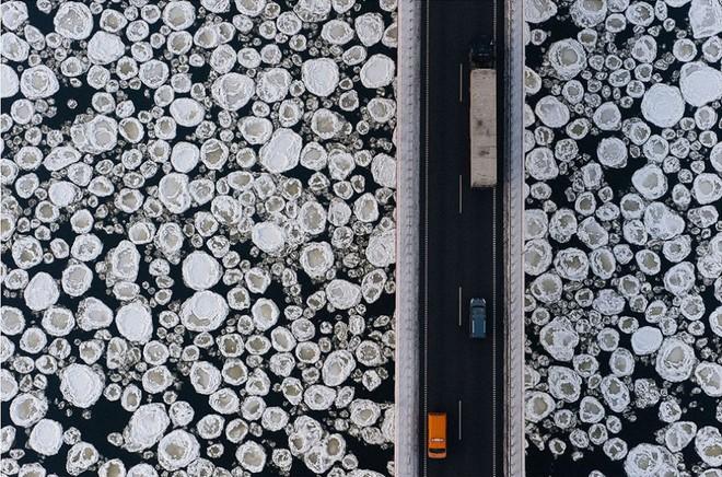 Một cây cầu bắc ngang qua dòng sông băng giá