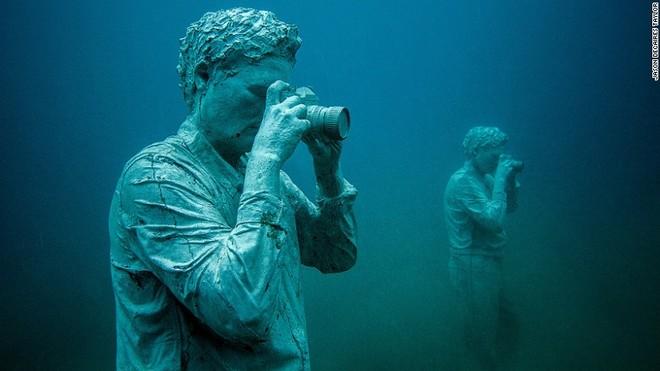 Tượng người như thật tại bảo tàng dưới nước đầu tiên ở Châu Âu