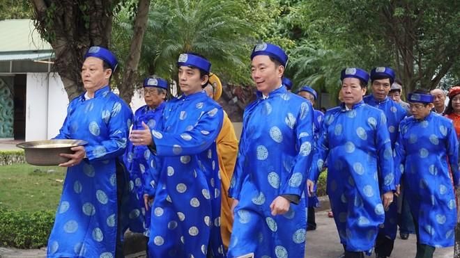 Khách nước ngoài thích thú xem dựng cây nêu ngày Tết