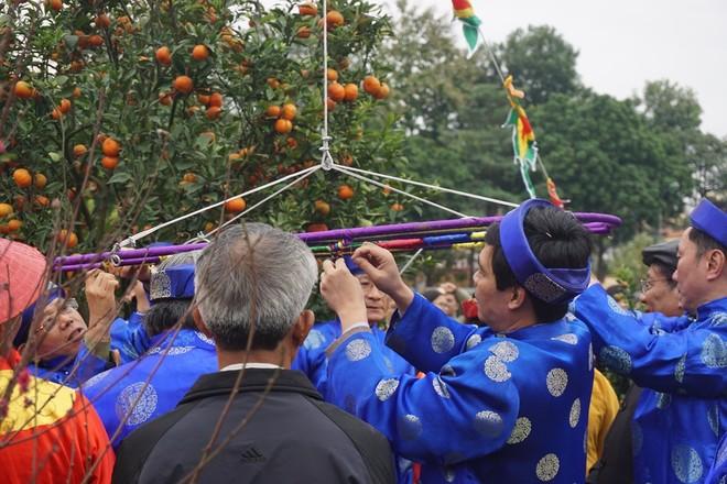 Khách nước ngoài thích thú xem dựng cây nêu ngày Tết ảnh 5