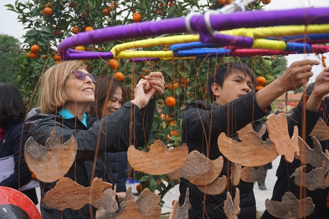 Khách nước ngoài thích thú xem dựng cây nêu ngày Tết ảnh 6