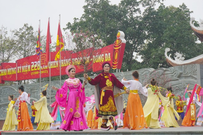 Màn tái hiện cảnh vua Quang Trung mang cành đào về tặng cho công chúa Ngọc Hân