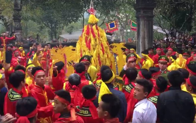 Đoàn rước lễ cũng lao vào tranh cướp lộc tại đền Gióng