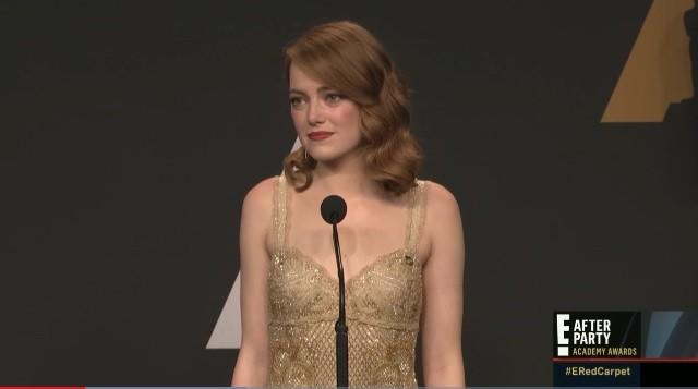 Emma Stone tỏ ra bối rối trong buổi tiệc sau lễ trao giải