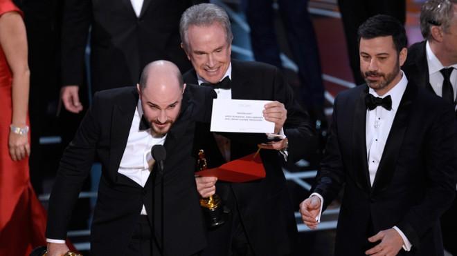 """Sự cố hy hữu xảy ra khi công bố hạng mục """"Phim xuất sắc nhất"""""""