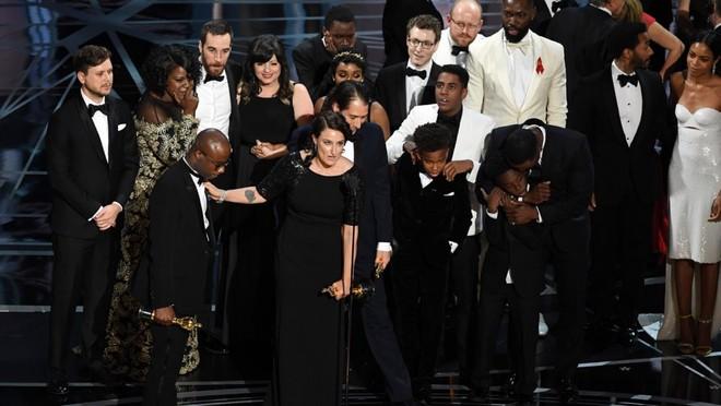 """Đoàn làm phim """"Moonlight"""" ăn mừng trong sự ngỡ ngàng của những người đồng nghiệp """"La La Land"""""""