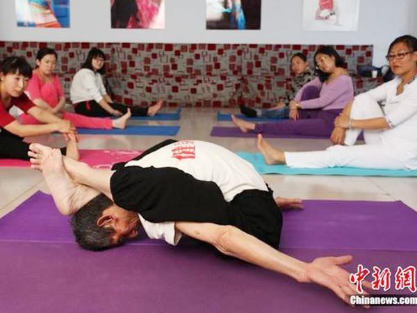 Yoga điêu luyện ở tuổi 84 ảnh 1