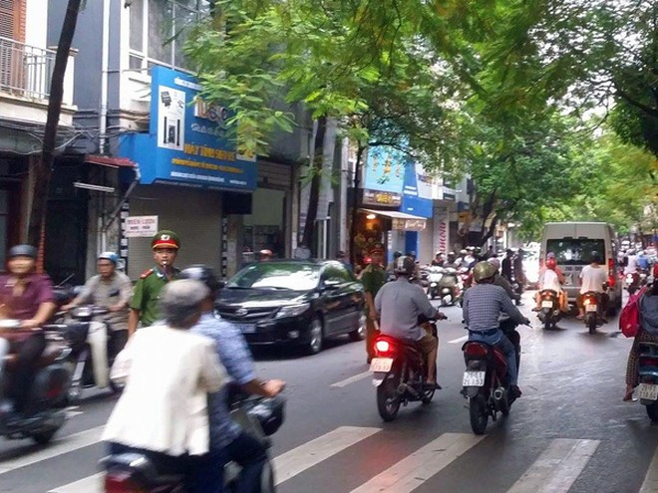 Công an và nhà trường vào cuộc giảm ùn tắc giao thông ảnh 1