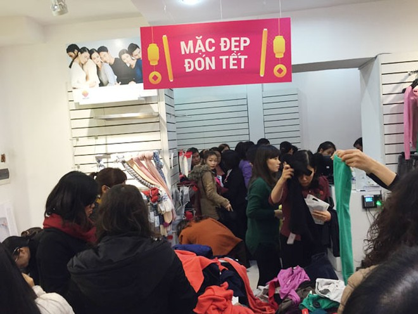 Đổ xô mua hàng thời trang giảm giá cuối năm ảnh 1