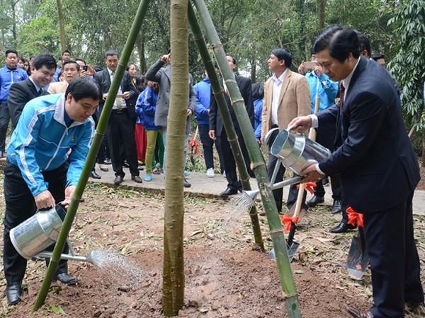 Bí thư thứ nhất Trung ương Đoàn - Nguyễn Đắc Vinh; Bí thư Thành đoàn Hà Nội - Nguyễn Văn Thắng tham gia trồng cây