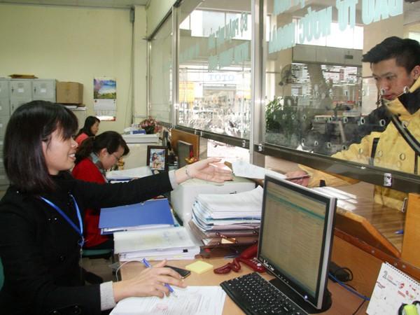 """Người dân tới làm thủ tục hành chính tại bộ phận """"một cửa"""" của Sở KHĐT Hà Nội"""