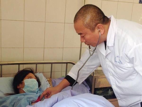 Bác sĩ Nguyễn Ngọc Hưng khám cho người bệnh