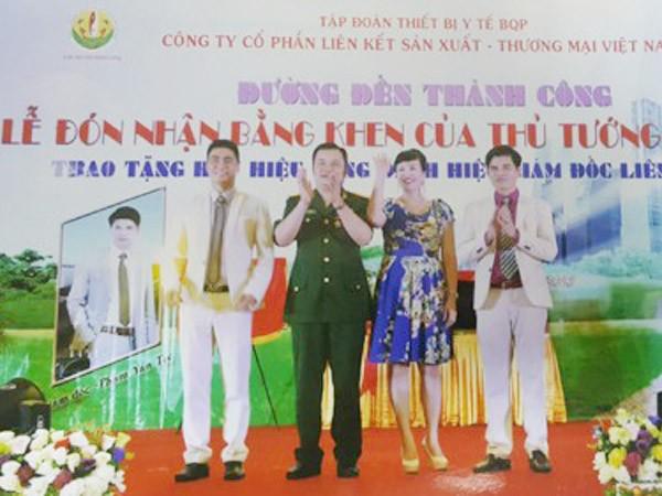 Lê Xuân Giang (mặc quân phục giả mạo) và đồng bọn đã làm giả Bằng khen của Thủ tướng Chính phủ rồi tổ chức lễ đón nhận rình rang