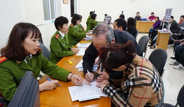 Công an Hà Nội tận tình hướng dẫn người dân thực hiện thủ tục hành chính