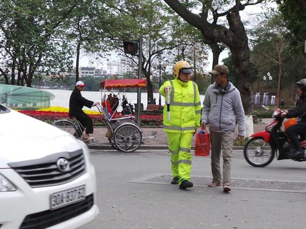 Xử phạt người đi bộ vi phạm Luật giao thông khó cũng phải làm! ảnh 1