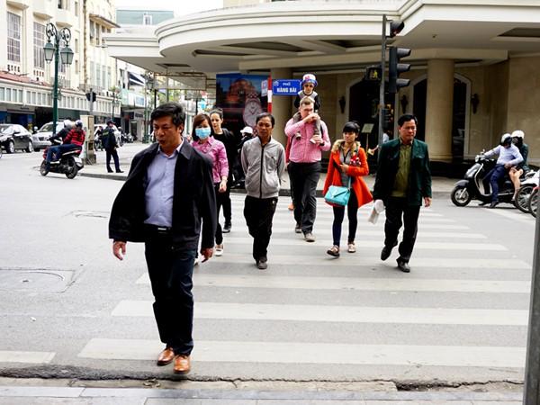 Xử phạt người đi bộ vi phạm Luật giao thông khó cũng phải làm! ảnh 2