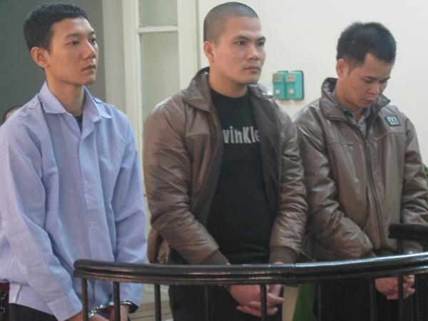 Đặng Ngọc Mạnh (giữa) cùng đồng bọn tại phiên tòa