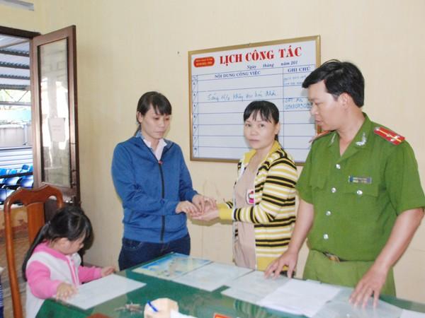 Chị Mùi (bên phải) trả lại tài sản nhặt được cho người bị mất