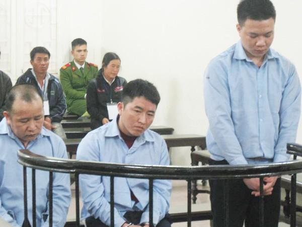 Lầu A Tếnh (giữa) cùng đồng bọn tại phiên tòa