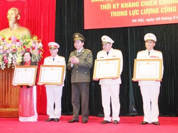 Bộ trưởng Trần Đại Quang trao quyết định của Chủ tịch nước truy tặng danh hiệu Anh hùng LLVTND cho thân nhân các Anh hùng