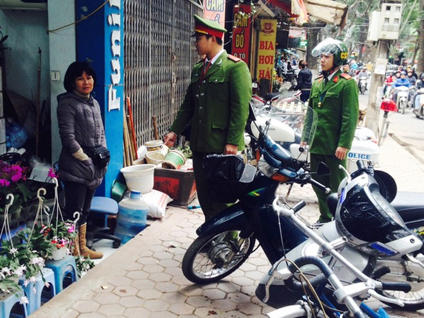 CAP Vĩnh Phúc nhắc nhở hộ kinh doanh trên đường Hoàng Hoa Thám