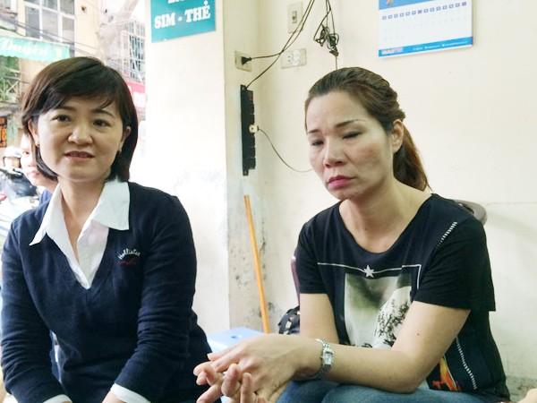 Chị Tạ Thị Thu Trang (bên phải) ngồi kể lại câu chuyện về cuộc đời mình