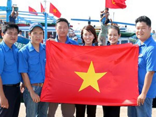 Tặng cờ Tổ quốc cho ngư dân huyện đảo Phú Quý ảnh 1