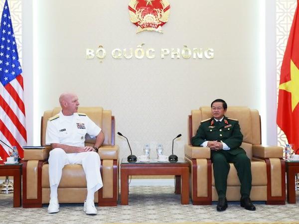 Đại tướng Đỗ Bá Tỵ, Tổng Tham mưu trưởng Quân đội nhân dân Việt Nam tiếp Đô đốc Scott Swift, Tư lệnh Hạm đội Thái Bình Dương. Ảnh: TTXVN