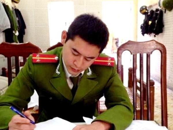 Ngoài giờ tập luyện võ thuật và tuần tra, Trung úy Thành lại say mê nghiên cứu công tác Đoàn