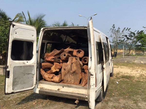 Ô tô khách BKS: 43S - 6939 chở gỗ lậu