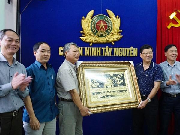 Thiếu tướng Bạch Thành Định, Phó Giám đốc CATP Hà Nội (thứ hai từ phải sang) tặng quà lưu niệm lãnh đạo Cục An ninh Tây Nguyên