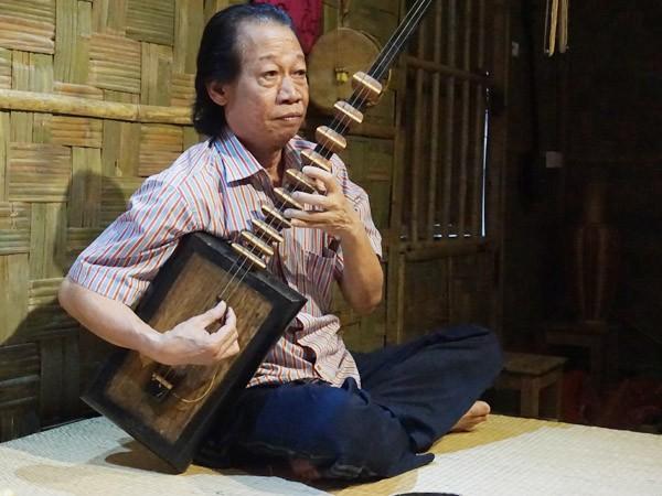 NSND Xuân Hoạch trình diễn trong ngôi nhà lá