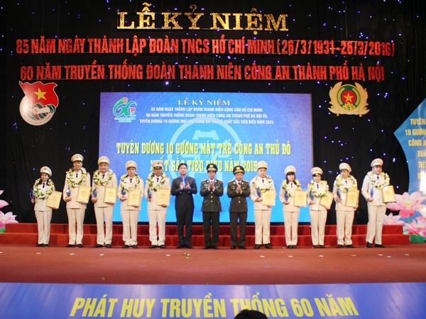 Thiếu tướng Đoàn Duy Khương - Bí thư Đảng ủy, Giám đốc CATP Hà Nội trao tặng giải thưởng 10 gương mặt trẻ đoàn viên thanh niên Công an Thủ đô tiêu biểu năm 2015