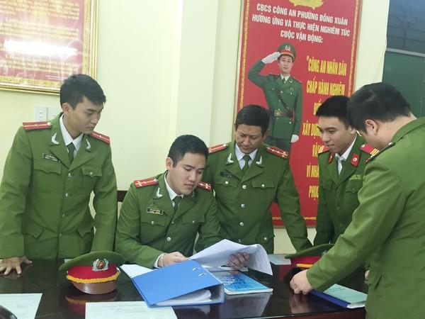 Thượng úy Bùi Xuân Thắng đang họp phương án trước giờ làm nhiệm vụ