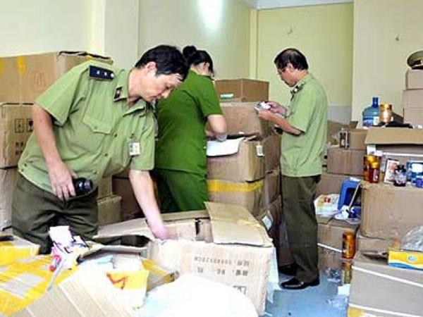 Cơ quan chức năng kiểm tra một cơ sở sản xuất TPCN quy mô nhỏ lẻ